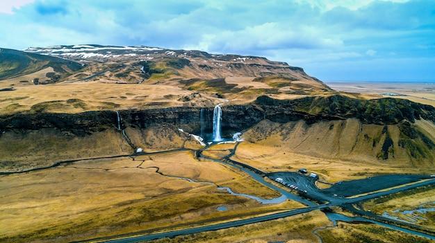 Widok z lotu ptaka na wodospad seljalandsfoss, piękny wodospad na islandii.