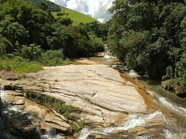 Widok z lotu ptaka na wodospad w bicuda grande, macaé, rio de janeiro z górami i wzgórzami. zdjęcie z drona.
