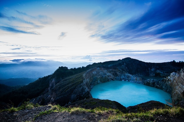 Widok z lotu ptaka na wulkan kelimutu i jego jezioro kraterowe w indonezji