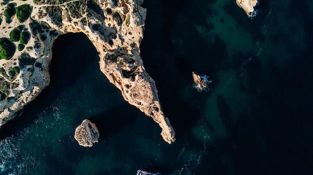 Widok z lotu ptaka na wybrzeże algarve.