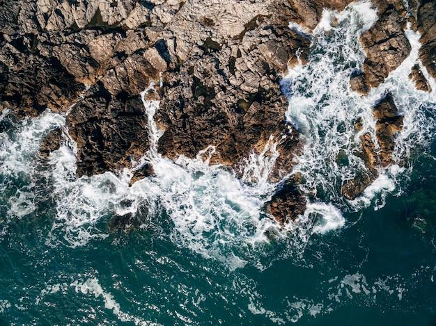 Widok z lotu ptaka na wybrzeże błękitnej wody w czarnogórze