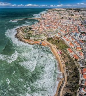Widok z lotu ptaka na wybrzeże i ulice miasta ericeira - panorama pionowa