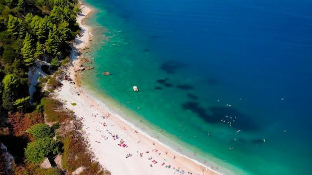 Widok z lotu ptaka na wybrzeże morza na tropikalnej wyspie.