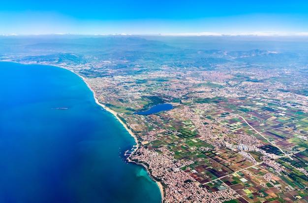 Widok z lotu ptaka na wybrzeże morza śródziemnego w algierii, afryce północnej