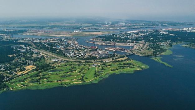 Widok z lotu ptaka na wybrzeże w pobliżu miejscowości
