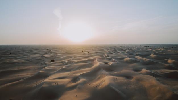 Widok z lotu ptaka na wydmy w desrt dubai, zae