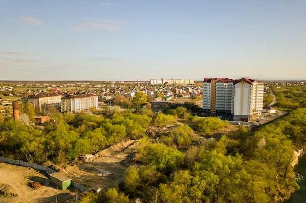 Widok z lotu ptaka na wysoki budynek mieszkalny w zielonej okolicy wiejskiej w mieście iwano-frankowsk, ukraina