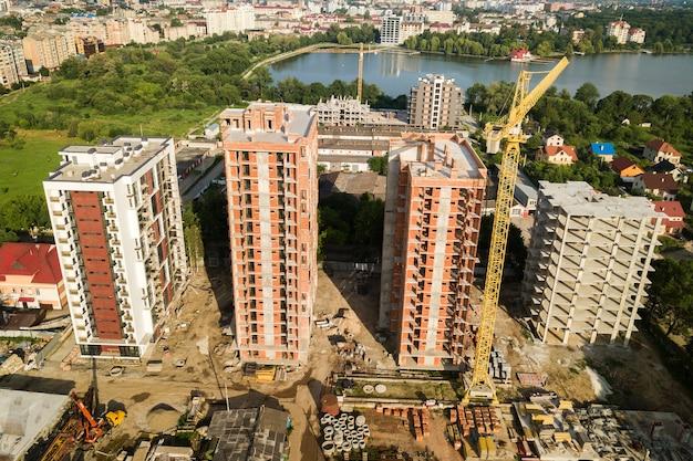 Widok z lotu ptaka na wysokie budynki mieszkalne w budowie. rozwój nieruchomości.