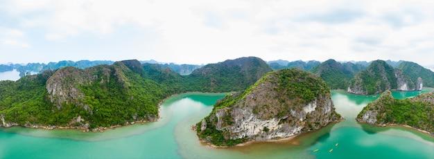 Widok z lotu ptaka na wyspę ha long bay cat ba, wyjątkowe wapienne wyspy skalne i szczyty formacji krasowych na morzu, znane miejsce w wietnamie
