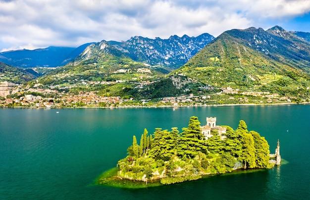 Widok z lotu ptaka na wyspę loreto z zamkiem na jeziorze iseo w północnych włoszech