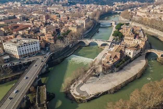 Widok z lotu ptaka na wyspę tiberina w rzymie