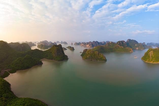Widok z lotu ptaka na wyspy ha long bay unikalne wapienne skały w wietnamie
