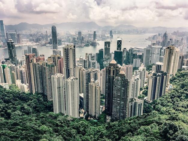 Widok z lotu ptaka na wzgórze victoria peak w hongkongu pod pochmurnym niebem