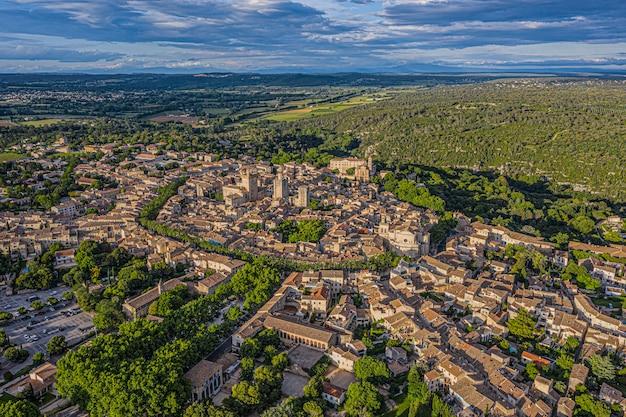Widok z lotu ptaka na zabytkowe miasto uzes, francja