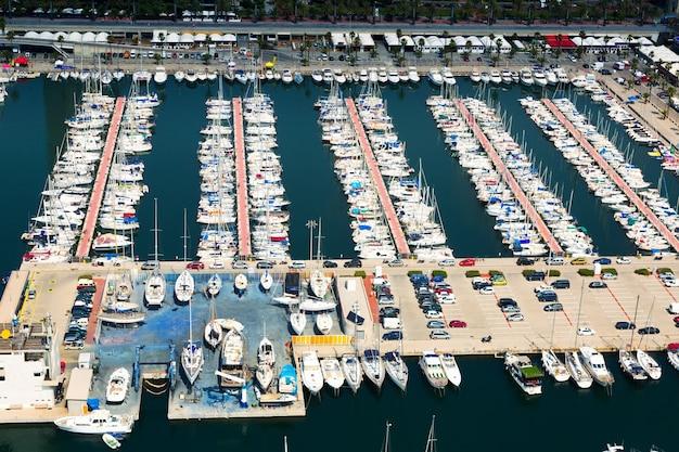 Widok z lotu ptaka na zacumowane jachty w port olimpic. barcelona