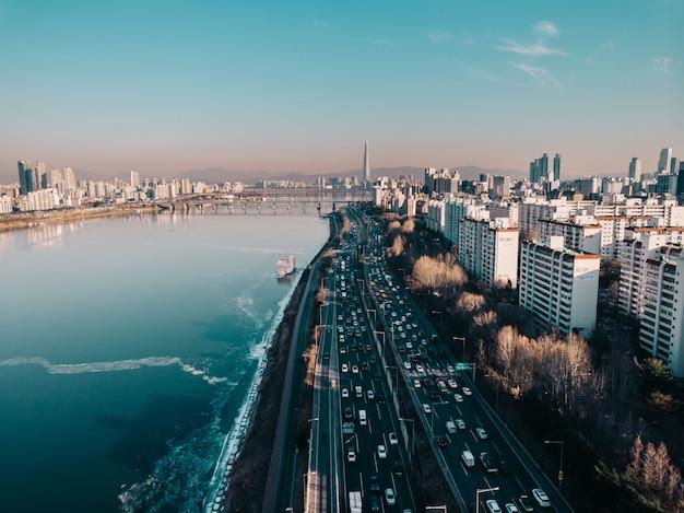 Widok z lotu ptaka na zamarzniętej rzece i seulu mieście