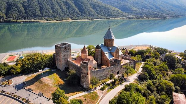 Widok z lotu ptaka na zamek ananuri, gruzja. rzeka aragvi, piesi turyści, zieleń