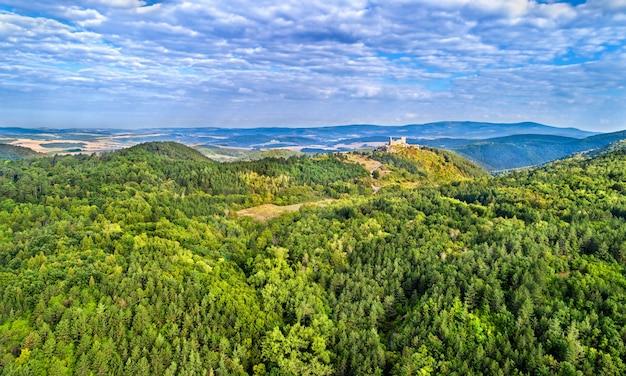 Widok z lotu ptaka na zamek cachtice w karpatach zachodnich, słowacja