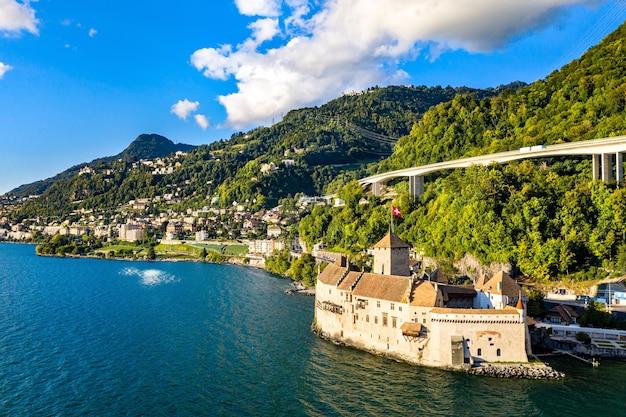 Widok z lotu ptaka na zamek chillon nad jeziorem genewskim w szwajcarii