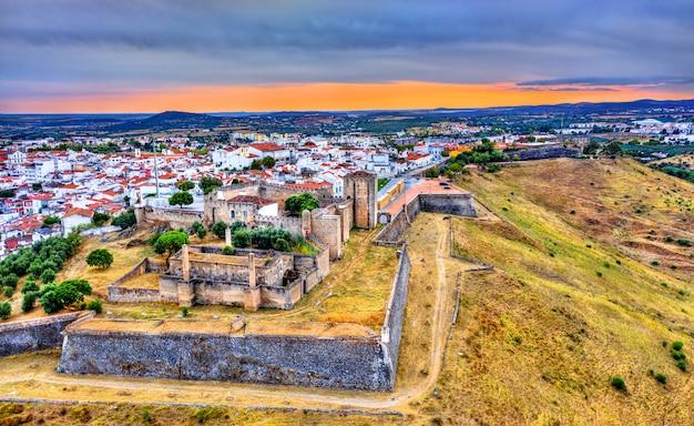 Widok z lotu ptaka na zamek elvas w alentejo, portugalia