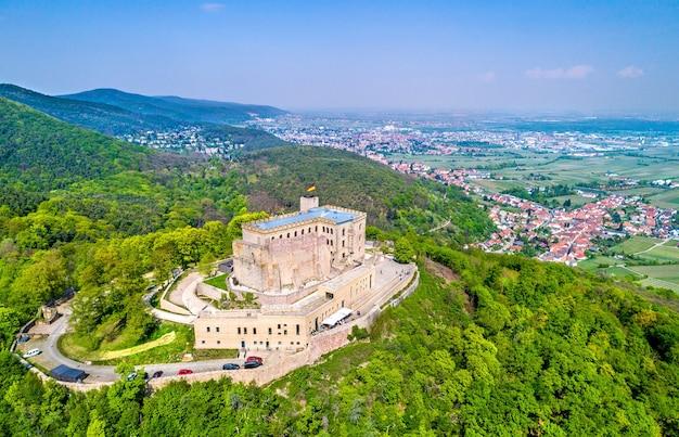 Widok z lotu ptaka na zamek hambacher schloss lub zamek hambach w lesie palatynackim. nadrenia-palatynat, niemcy.