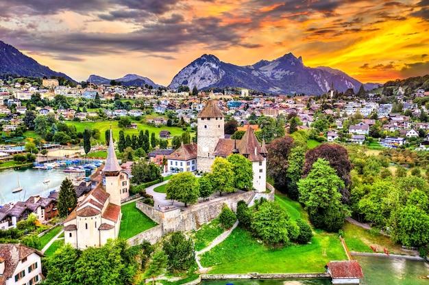 Widok z lotu ptaka na zamek spiez nad jeziorem thun w kantonie berno w szwajcarii