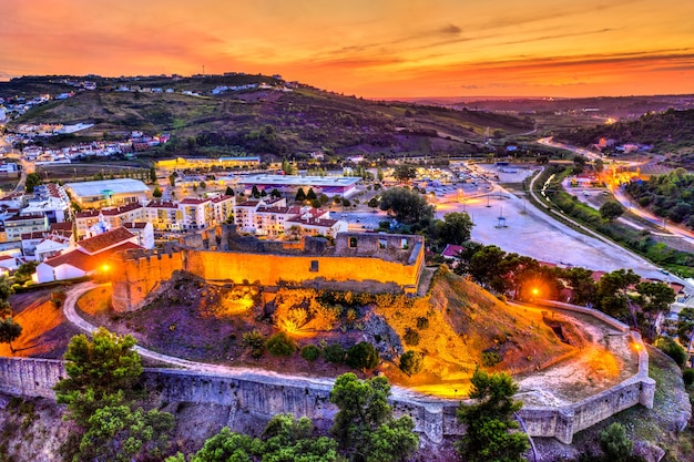 Widok z lotu ptaka na zamek torres vedras w pobliżu lizbony w portugalii o zachodzie słońca