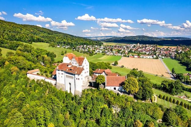 Widok z lotu ptaka na zamek wildegg w aargau w szwajcarii