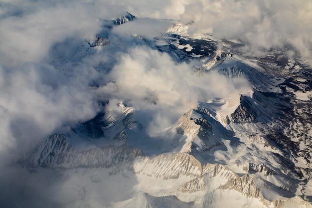 Widok z lotu ptaka na zaśnieżone góry