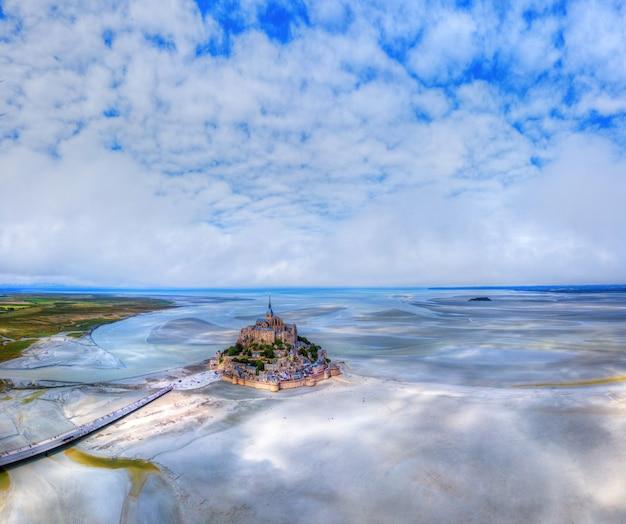 Widok z lotu ptaka na zatokę mont saint michel, normandia we francji