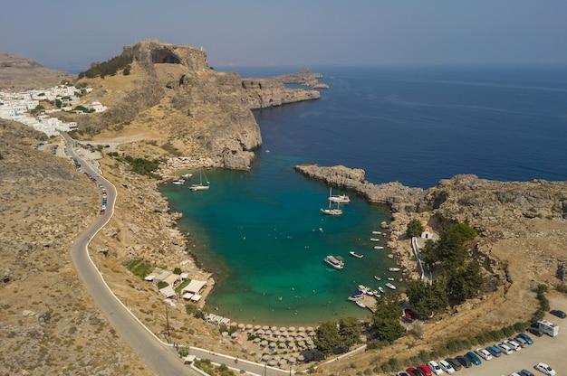 Widok z lotu ptaka na zatokę świętego pawła i akropol w lindos. wyspa rodos