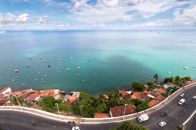 Widok z lotu ptaka na zatokę todos os santos w salvador bahia w brazylii.
