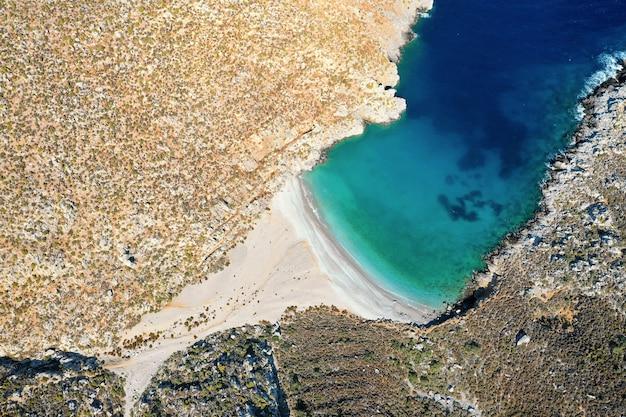Widok z lotu ptaka na zatokę z piękną plażą w pobliżu jaskini sikati, wyspa kalymnos, grecja