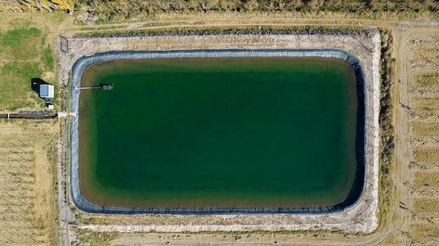 Widok z lotu ptaka na zbiornik na wodę (basen) do nawadniania w rolnictwie.