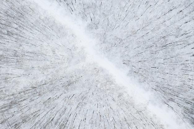 Widok z lotu ptaka na zimowy las i drogę. zimowy krajobraz