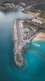 Widok z lotu ptaka nad amadores plażą na gran canaria, hiszpania