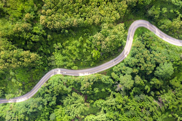Widok z lotu ptaka nad halną drogą iść przez tropikalnego tropikalnego lasu deszczowego krajobrazu w tajlandia.