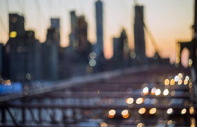 Widok z lotu ptaka nad manhattan z mostem brooklińskim niewyraźne światła nocny widok na panoramę