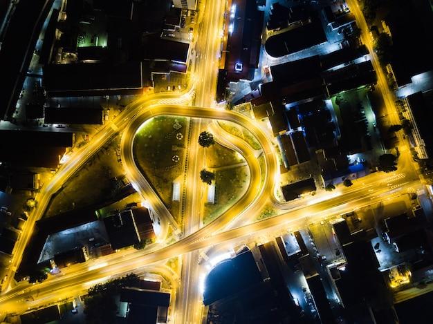 Widok z lotu ptaka nad skrzyżowaniem drogowym w nocy w soczi, rosja 2019