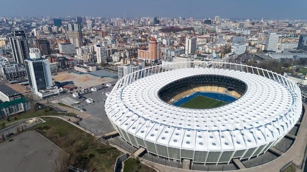 Widok z lotu ptaka nad stadionem olimpijskim w kijowie. biznes i przemysł kijowa krajobraz miasta.