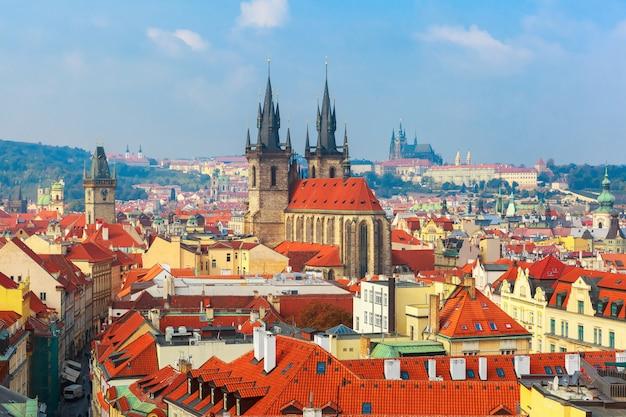 Widok z lotu ptaka nad starym miasteczkiem w praga, republika czech