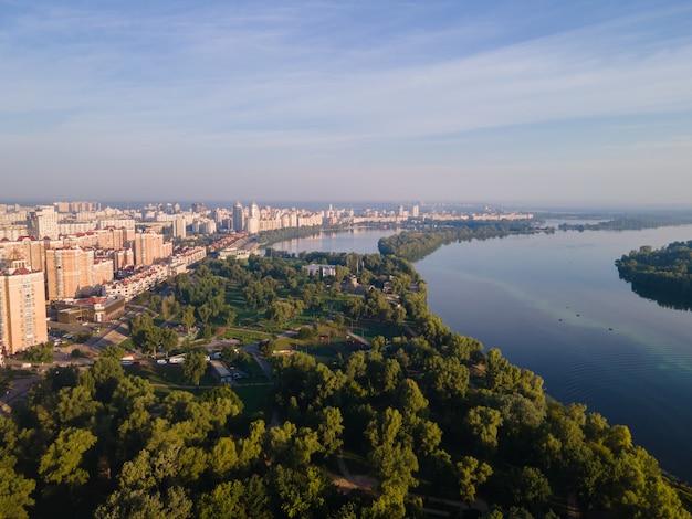 Widok z lotu ptaka nasypu obolon w kijowie w ciągu dnia