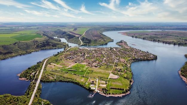 Widok z lotu ptaka natury w mołdawii wioska pływające rzeki z mostami niskie wzgórza i pola