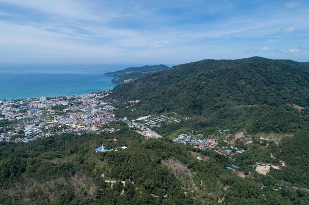 Widok z lotu ptaka niebieski ocean i błękitne niebo z góry na pierwszym planie w patong bay of phuket tajlandia krajobraz miasta patong phuket w słoneczny letni dzień piękne tropikalne morze wysoki kąt widzenia.