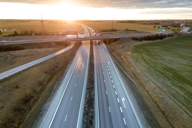 Widok z lotu ptaka nowoczesny skrzyżowanie drogi autostrady