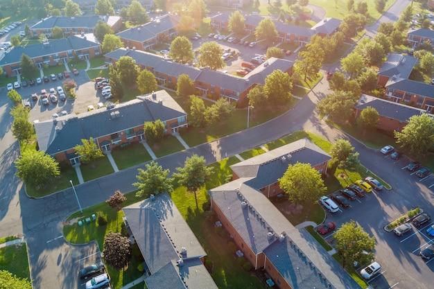 Widok z lotu ptaka o zachodzie słońca dachy domów w małym miasteczku w ameryce o zachodzie słońca
