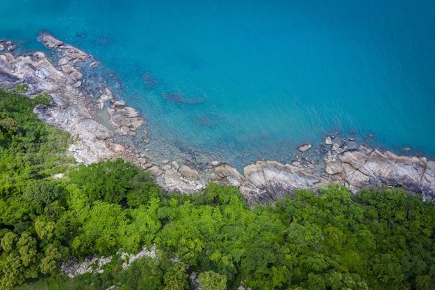 Widok z lotu ptaka obraz morza, plaży i dżungli z błękitnym niebem w nakhon si thammarat, tajlandia