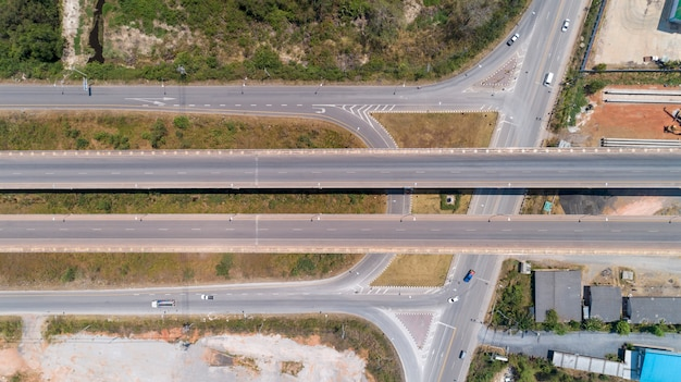 Widok z lotu ptaka od drona strzelającego autostrady droga