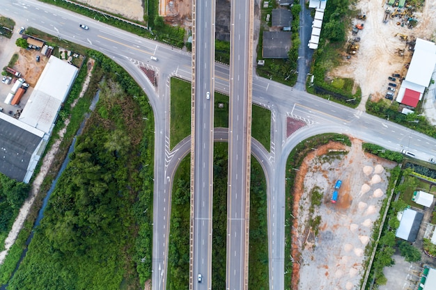 Widok z lotu ptaka od trutnia strzału autostrady droga.