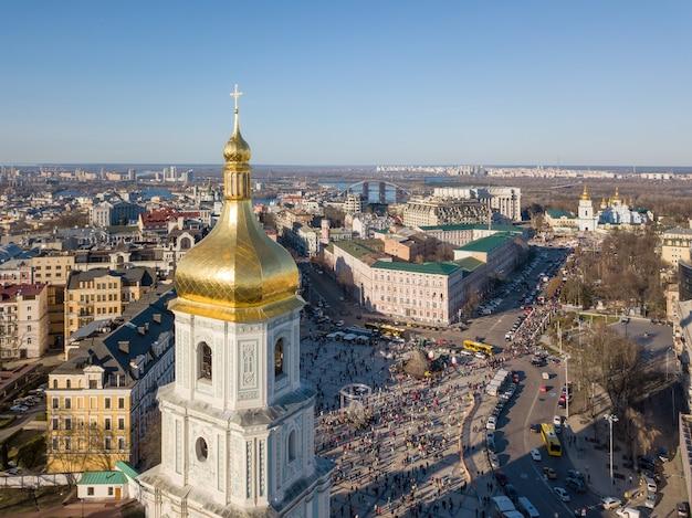 Widok z lotu ptaka panoramę kijowa na drone. widok z góry na plac zofii i wieżę św. zofii w mieście kijów, ukraina.